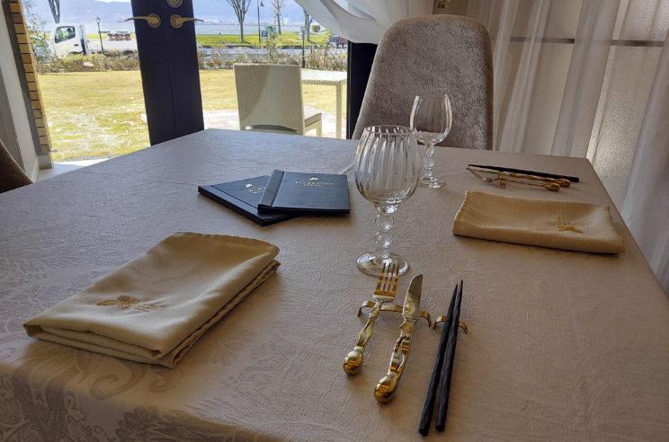 テーブルに置かれた「カトラリー」。ガラス製品には、「SUWAガラスの里」の品も使用されているとか