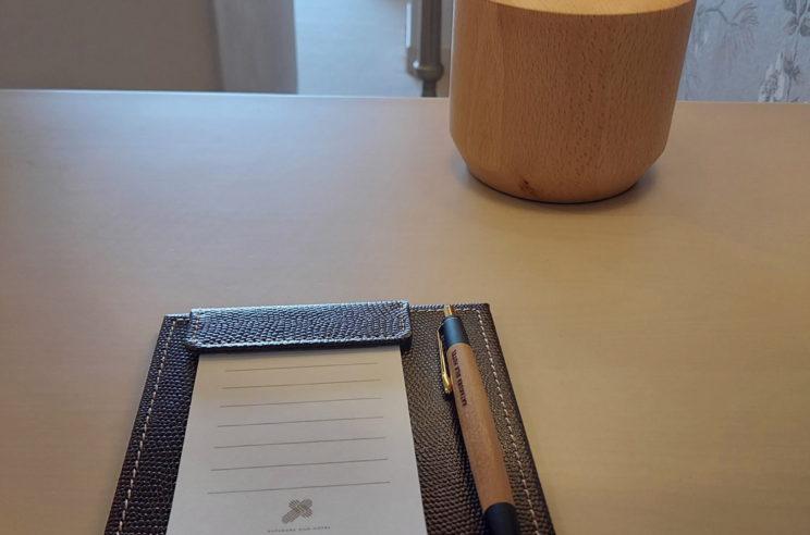 さりげなく置かれたスワコ精密の木軸ボールペン。デザインも書き心地も落ち着いた雰囲気です