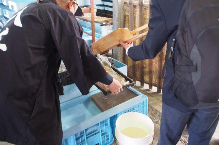 1本1本丁寧に天突き用の道具に棒状の生寒天を移して、途中で折れないように押し出します。