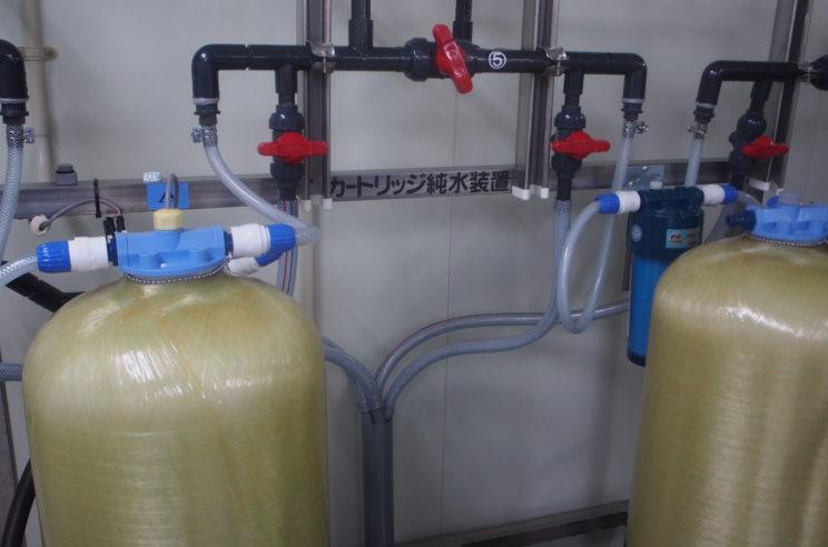 まずは、原料となる水から塩素等の成分を分けて純度を高めます