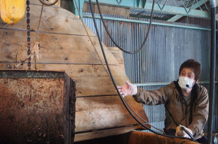 この大きな窯で煮るのは約3時間ですが、沸騰するまでに約2時間かかるそうです。これだけ大きい窯なので、人の手でかき混ぜるのではなく、沸騰した水の流れでかき混ざります。